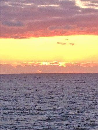 Depoe Bay, Oregón: Vibrant colors of sunset over the ocean at WorldMark