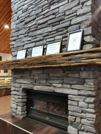 Darfield, New Zealand: nice fireplace in the middle of sitting area
