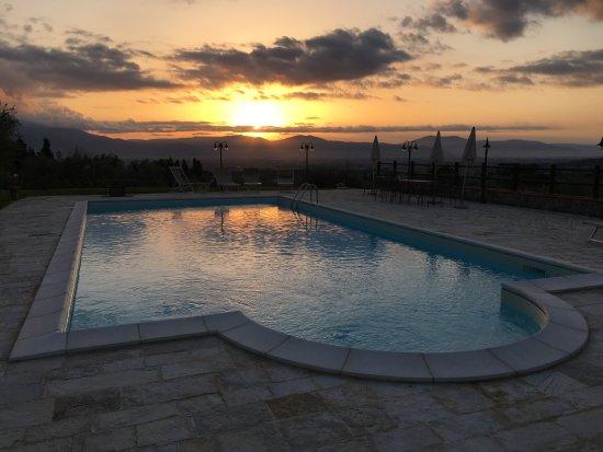 Poggio Desto B&B : Zwembad bij zonsondergang