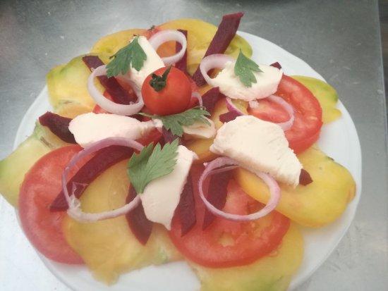 Saint-Cyprien, France: Petite entrée fraîche du menu à 13 euros.Tomates bio oignons rouge mozzarella basilic.