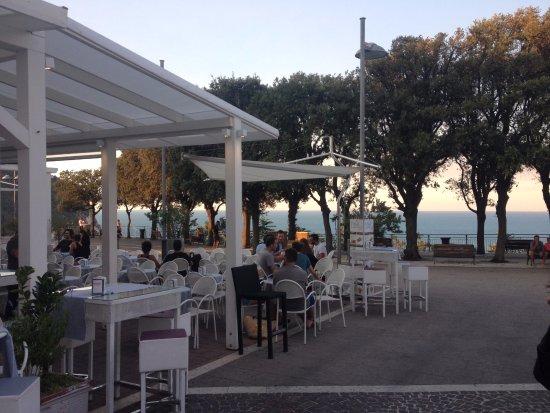 Marche, Itália: Bellissima piazzetta panoramica sul mare