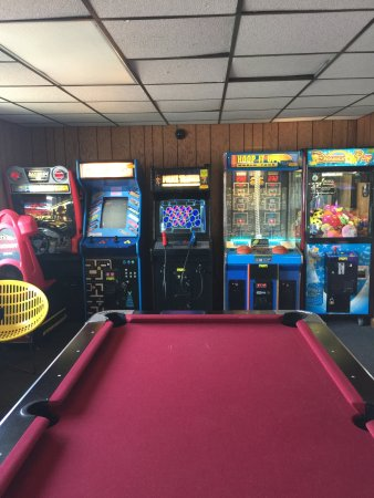 Black Hawk Motel & Suites: Arcade with pool table, video games, Pinball machines and prize games.