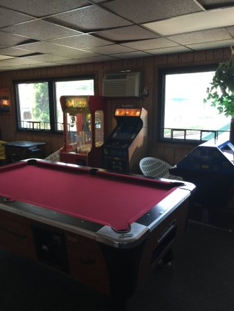 Black Hawk Motel & Suites: Arcade with video games, pinball machinies, pool table and prize games