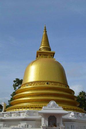 Dambulla, Sri Lanka: Estupa en la puerta inferior del templo