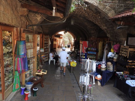 Byblos, Líbano: Full of tunnels like this one , all looks nice