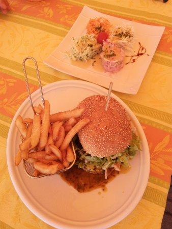 Lapoutroie, فرنسا: Hamburger, frites et crudités