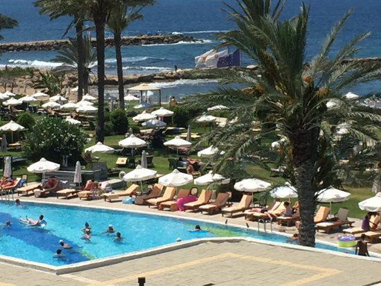 Constantinou Bros Athena Beach Hotel: Beautiful pool , spotlessly clean.