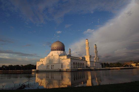 Kota Kinabalu City Mosque : Sunset-lit mosque