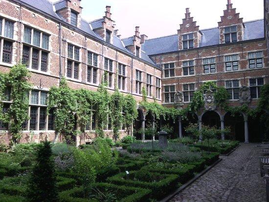 Le jardin int rieur picture of museum plantin moretus for Le jardin interieur
