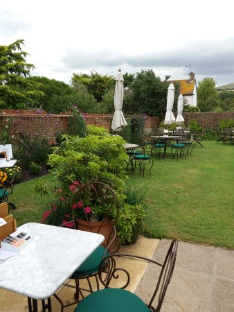 Alfriston, UK: Delightful garden for lunch