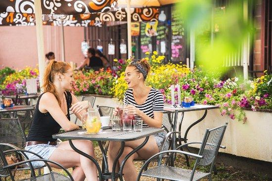 Luhacovice, สาธารณรัฐเช็ก: CYKLO bar ležící pak kroku pod hotelem na břehu Luhačovické přehrady