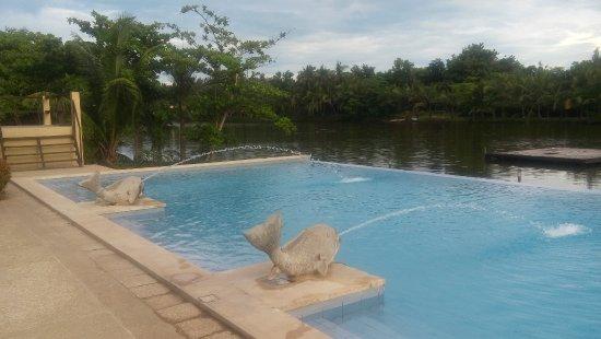 San Antonio Resort: Pool area sits beside the lagoon