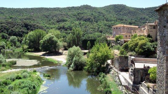 Besalu, Spagna: La rivera del río Fluviá, naturaleza en la comarca de La Garrocha, Cataluña, España.