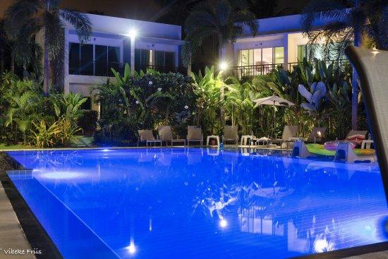 Na Chom Thian, Thailand: The pool at night.