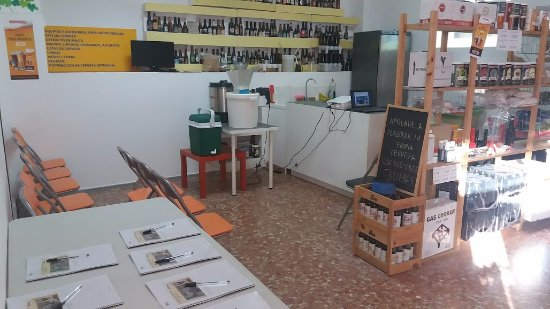 Camas, Hiszpania: Preparación para un día de elaboración de cerveza con los clientes