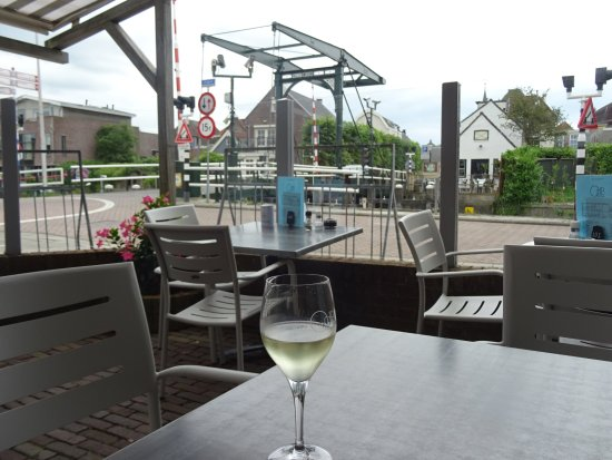 Haastrecht, Paesi Bassi: Looking from over the bridge at the bridge with a relaxing wine.
