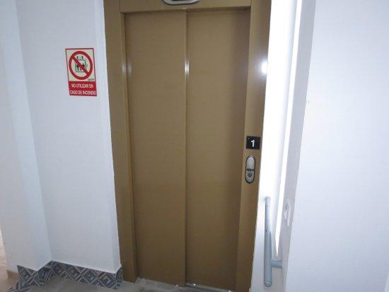 Cabra, Spain: Ascensor accesible a todas las plantas del edificio