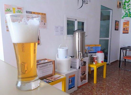 Camas, Spain: Probando una cerveza hecha por nosotros