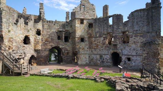 Dirleton, UK: castle