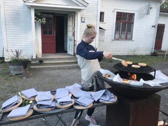 Härnösand, Svezia: Sabina grillar bröd direkt till gästen🙌