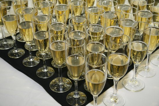 Stanardsville, Βιρτζίνια: Champagne toast for wedding party