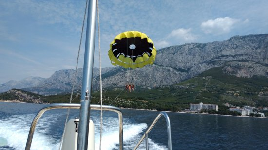 Aparthotel Tamaris: Parasailing out front of hotel