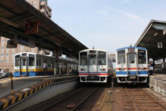 Tsuchiura, Japan: 水海道駅に並ぶ列車