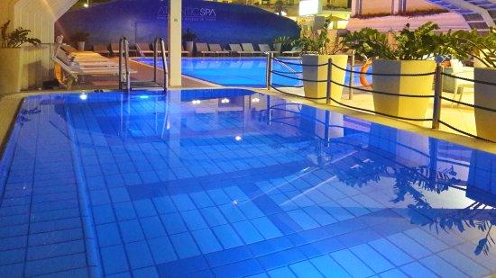 Atlantic Hotel Riccione: La nostra piscina con autentica acqua marina Atlantjde, vista in una sera d'estate