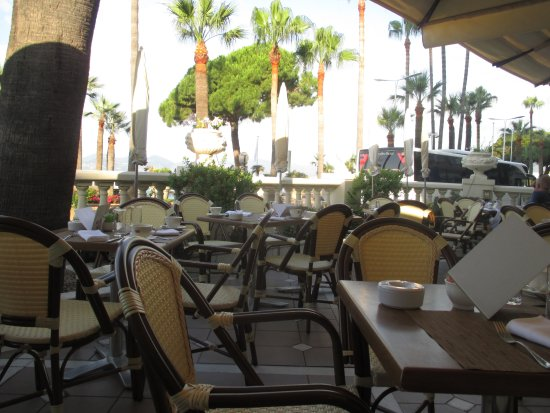 InterContinental Carlton Cannes : The outdoor seating for breakfast.