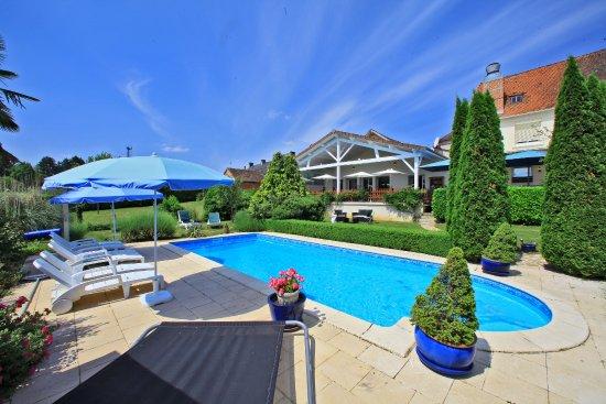 piscine chauffée de l'hotel les voyageurs en Perigord vert la Coquille pres de Jumilhac et Brant