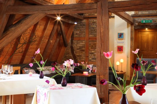 Selzen, Germany: Gastraum mit Tulpen im Frühling für das à la Carte