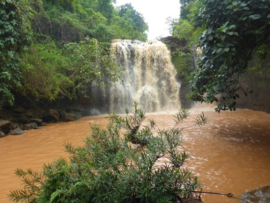 Banlung, Camboya: sehr baunes Wasser