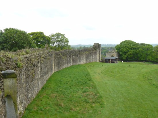 Pickering Castle : View along south wall to gatehouse from Diate Hill Tower