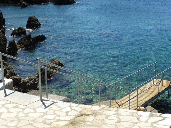 Hotel Mikros Paradisos: Meerzugang über Steg/Treppe
