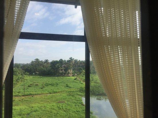 Nedumbassery, India: 좋았어요 전망도 좋고 새로 지은 호텔이라 깨끗합니다. 따뜻한물은 아침에만 나오는 것 같아요. 공항 근처라 코친 공항에서 노숙할까 고민중이신 분들은 여독을 풀기에 제격인 것