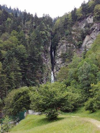 Bagnères-de-Luchon, France : vu du bas de la cascade en arrivant