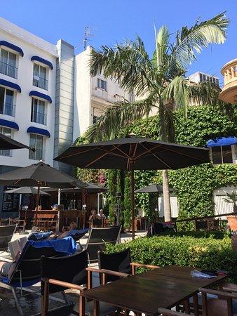 Hotel Medium Sitges Park: Poolside bar in distance