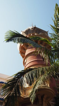 Hotel Medium Sitges Park: Old style tower in courtyard/pool area