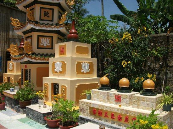 Rach Gia, Vietnam: Temple gardens