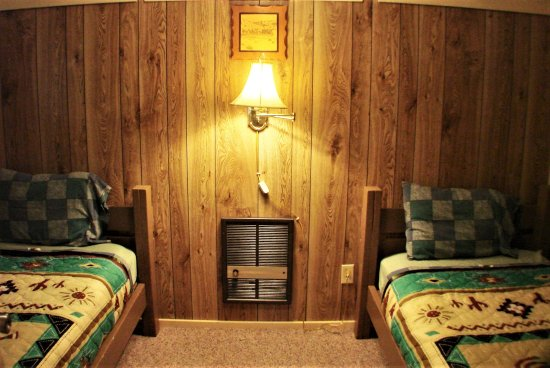 Ash Grove Mountain Cabins & Camping: 3BR cabin's twin bedroom