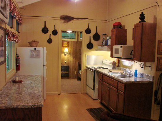 Ash Grove Mountain Cabins & Camping: 3BR cabin's kitchen