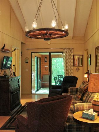 Ash Grove Mountain Cabins & Camping: 3BR cabin's living room