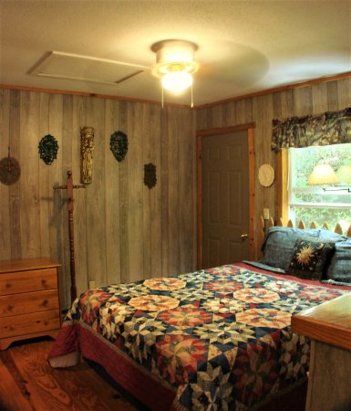 Ash Grove Mountain Cabins & Camping: 1BR cabin's bedroom