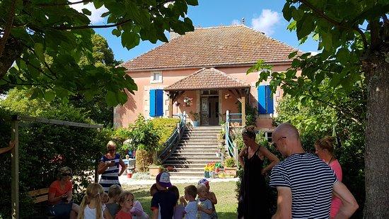 """Saint-Matre, France: ziet op het """"hoofdgebouw""""; het Rode Huis..."""
