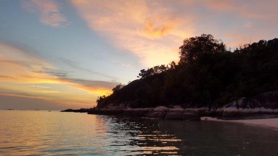 Tanjung Pandan, إندونيسيا: Sun set @Pagadoran Island. Gorgeous!