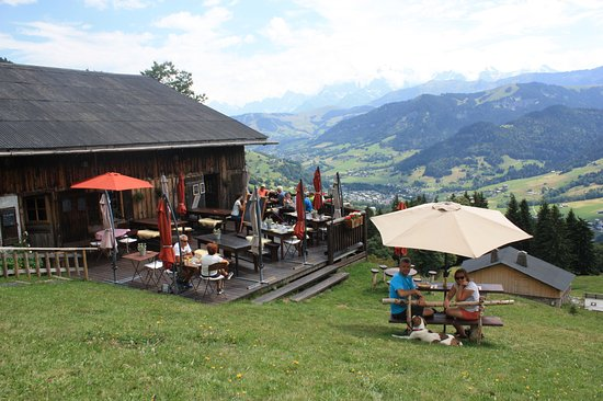 Flumet, Frankrike: Petite table panoramique pour 2 isolée de la terrasse