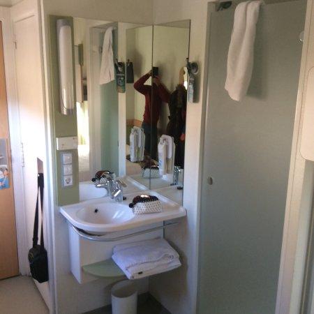 Ibis budget Madrid Calle Alcala: La ducha en un sitio, taza en otro y en el medio lavabo
