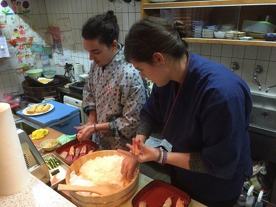 Kadoma, Japon : Making traditional Nigiri,.They did great!