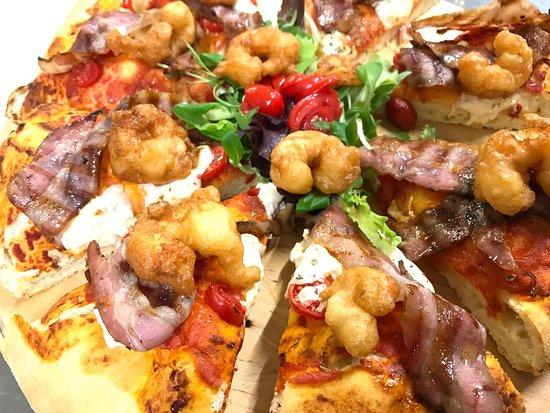 Trattoria Borgovecchio : Focaccia con burrata, fagioli cannellini, pancetta e code di gambero fritte