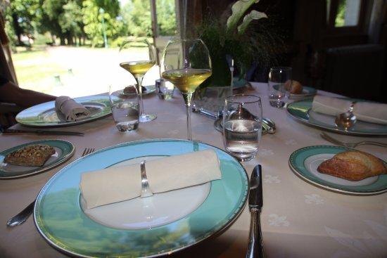 Gosnay, França: Après avoir pris l'apéritif dans les jardins, nous avons déjeuner dans la grande salle.